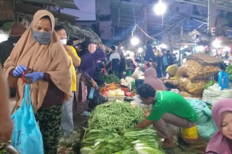 ILUSTRASI. Pasar Km 5 Palembang di hari pertama penerapan PSBB [KOMPAS.com/AJI YK PUTRA]