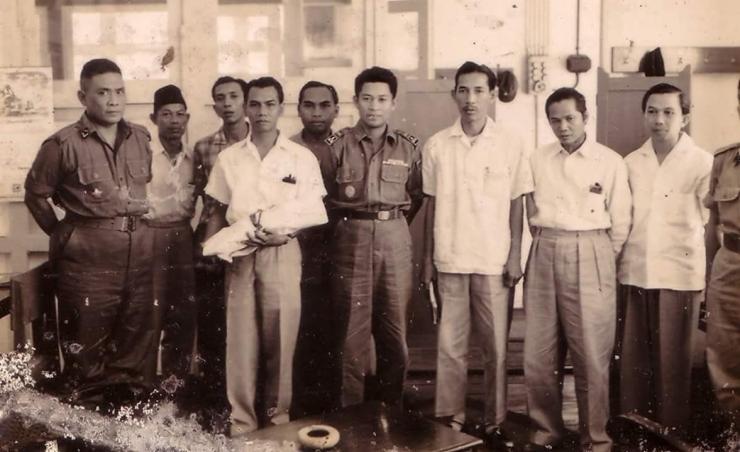 Brigjend. H. Hassan Basry (tengah) Diapit Barisan Pejuang Kalimantan (Sumber foto: https://www.suarakalimantan.com/ )