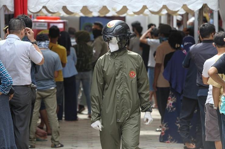 Petugas menggunakan smart helmet thermal untuk mendeteksi suhu tubuh saat rapid test covid-19 massal yang digelar Badan Intelijen Negara di Pasar Bogor, Senin (11/5/2020). Sebanyak 500 orang warga mengikuti rapid test ini guna mencegah penyebaran virus corona. (KOMPAS.COM/KRISTIANTO PURNOMO)