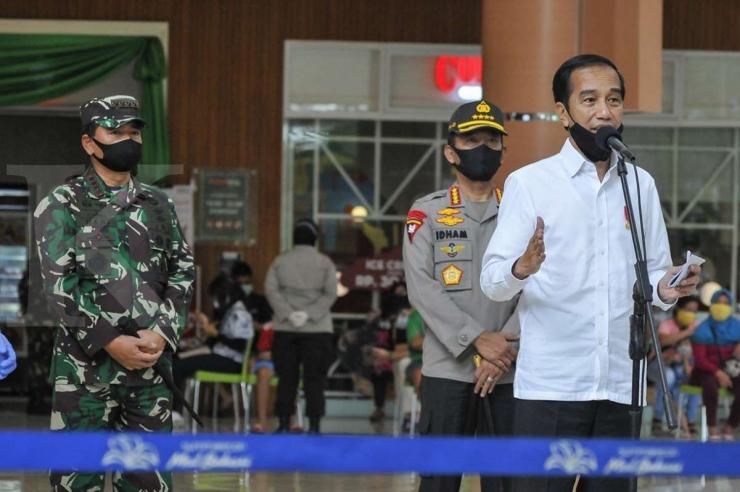 Presiden Joko Widodo (kanan) bersama Panglima TNI Marsekal Hadi Tjahjanto (kiri) dan Kapolri Jenderal Pol Idham Aziz (kedua kanan) memberikan keterangan kepada wartawan usai meninjau salah satu pusat perbelanjaan di Bekasi, Jawa Barat, Selasa (26/5/2020). (ANTARA FOTO/Fakhri Hermansyah via kontan.co.id)