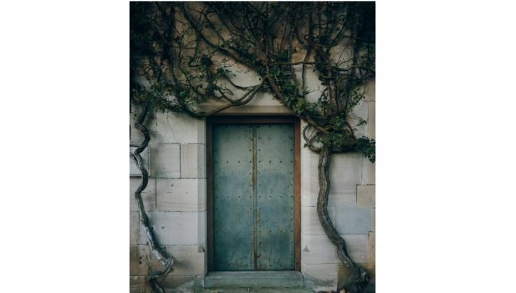 Ilustrasi rumah seribu pintu | Photo by Mark Boss on Unsplash (unsplash.com/@vork)