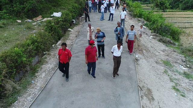 Relawan Rapberjuang bersama kader PDI P meninjau Pembangunan Rabat Beton  