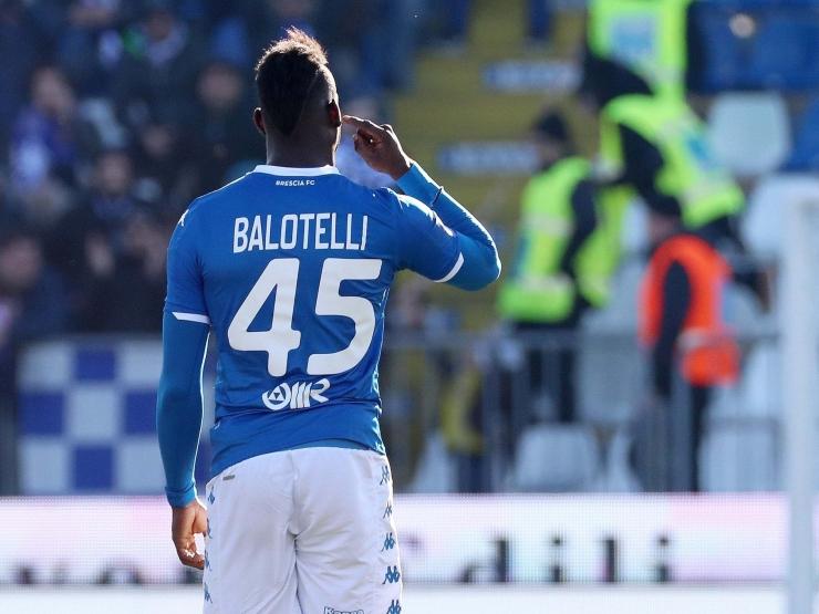 Mario Balotelli, dulu dianggap calon bintang besar, kini kariernya ambyar di Brescia. Salah satunya karena bad attitude dan juga seringkali jadi korban SARA   Foto: EPA-EFE/Simone Venezia via The Independent