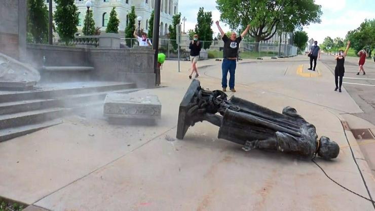 Patung Columbus dihancurkan di Saint Paul, Minnesota. Sumber :minnesota.cbslocal.com