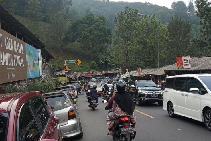 Jalur Puncak Bogor sering macet oleh wisatawan sejak pelonggaran PSBB ( Sumber: KOMPAS.COM/ AFDHALUL IKHSAN )