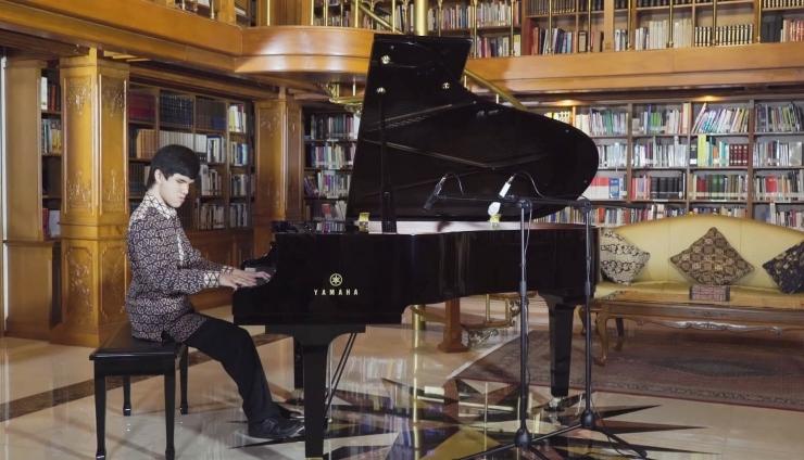 Michael Anthony membawakan Rapsodia Nusantara no.5 (Makassar) dalam Tribute to BJ Habibie (foto: screenshot Youtube Budaya Saya)