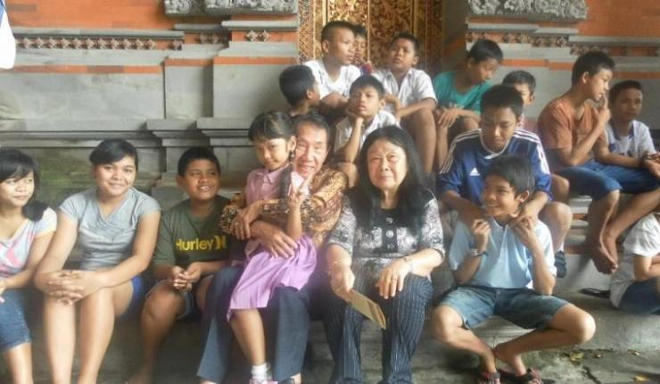 ket.foto : berkunjung kesalah satu panti asuhan di denpasar dan bercanda dengan anak anak,sungguh sebuah kebahagiaan,tidak ada yang tersinggung /dokpri