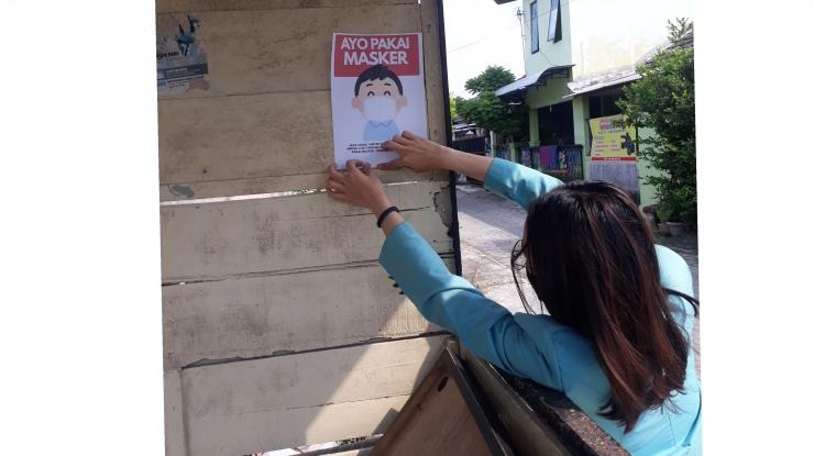 Menempel pamflet informasi tentang ajakan selalu pakai masker di pos ronda perumahan/dok.mahasiswa