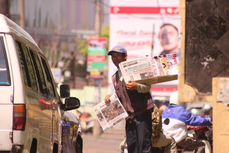 Ilustrasi penjual koran. (Sumber foto: deviantart.com)