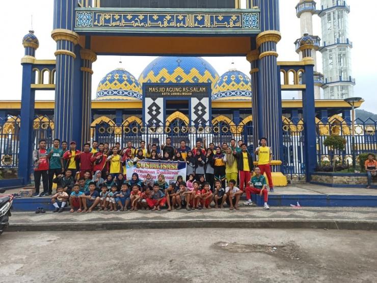Foto Bersama Dosen, Mahasiswa dan Masyarakat Sekitar Saat Sosialisasi Permainan Tradisional Olahraga Rekreasi (dokpri/Rama Donny)