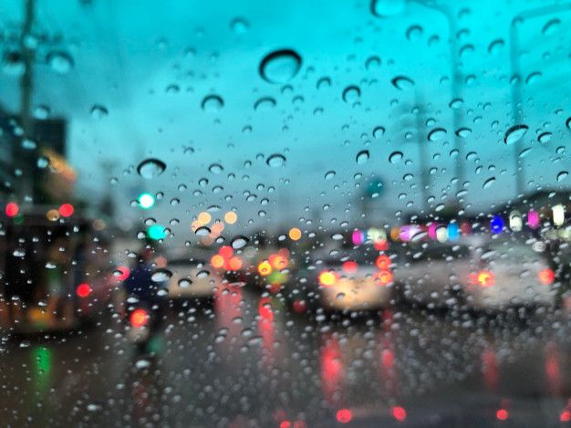 titik-titik hujan di kaca - freepik.com