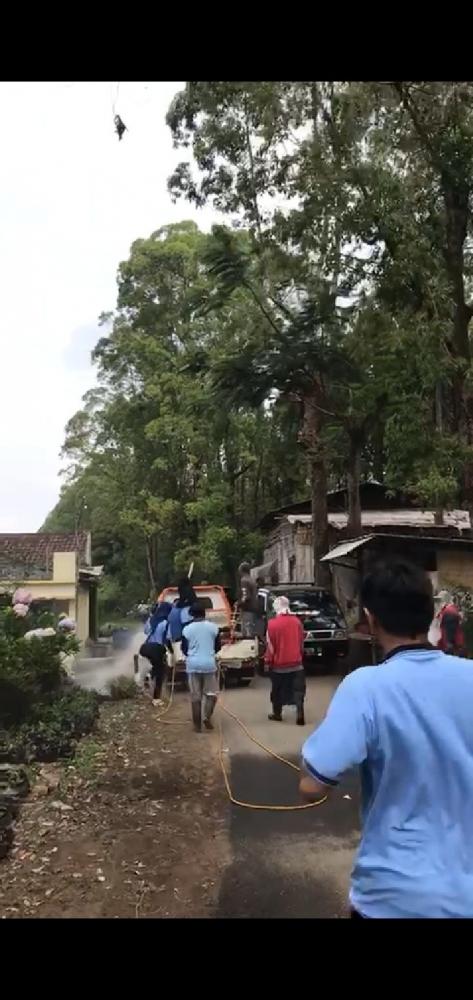 Penyemprotan Desinfektan bekerja sama dengan warga desa dan Karangtaruna setempat