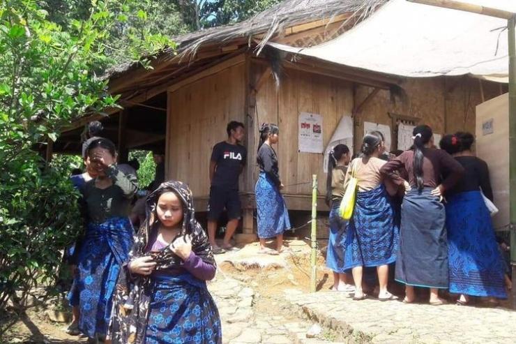 Warga Baduy Luar di Desa Kanekes, Kecamatan Leuwidamar, Kabupaten Lebak, Banten saat mengikuti Pemilu Serentak 17 April 2019 lalu. (KOMPAS.COM/ACEP NAZMUDIN)