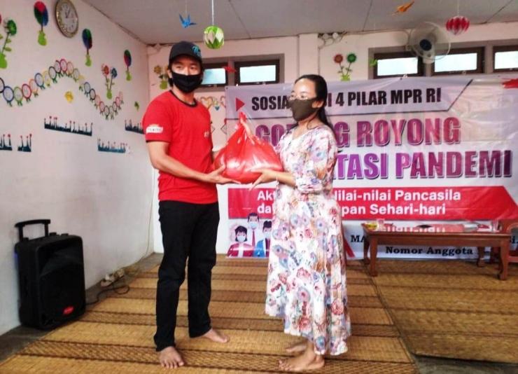 Anggota DPD RI/MPR RI asal Kalbar Maria Goreti menyerahkan bantuan bahan pokok kepada keluarga siswa PAUD Matahari, Siantan Hulu, Kota Pontianak. | dokpri