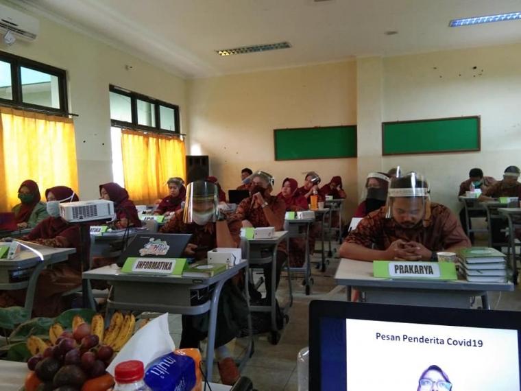 pesert workshop serius menyimak materi