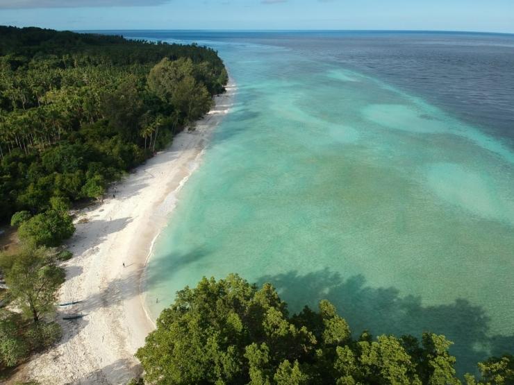 Hampar pasir putih di Tanjung Waka sepanjang tujuh kilometer (dokpri)
