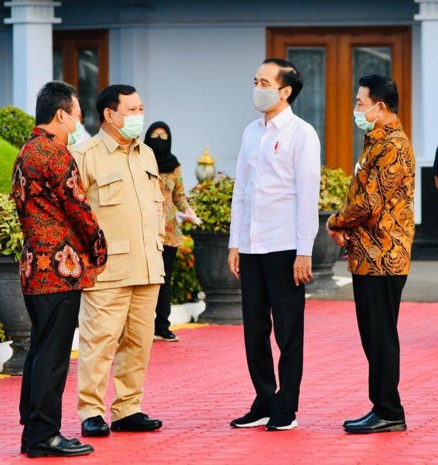 Presiden Jokowi bersama rombongan termasuk Menhan Prabowo Subianto bertolak menuju Kalteng. Foto: Laily Rachev - Biro Pers Sekretariat Presiden
