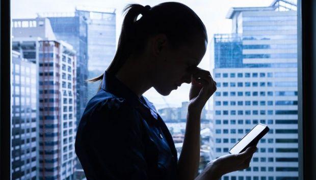 Ilustrasi orang menumpahkan unek-uneknya di media sosial (Gambar: Shutterstock.com)