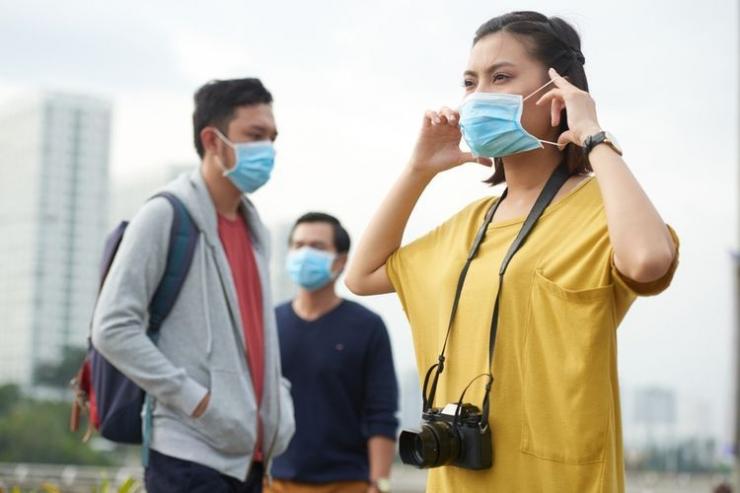 ilustrasi masyarakat yang mulai menggunakan masker ketika beraktivitas di luar rumah(sumber: shutterstock via kompas.com)