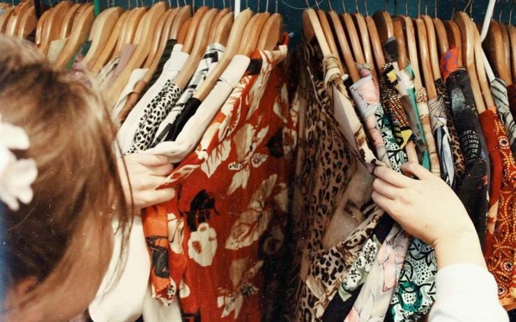 Ilustrasi cewek selalu merasa tidak punya baju padahal di lemari banyak (Sumber: www.stylist.co.uk)