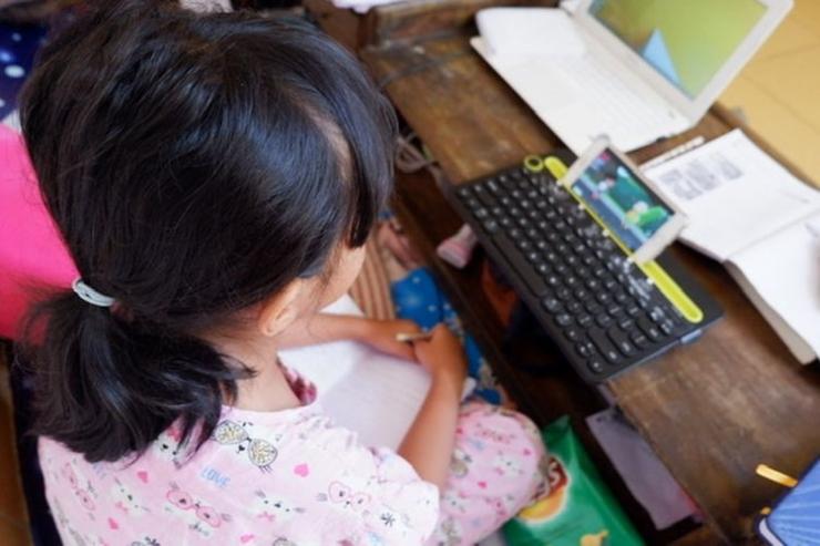 Seorang siswa tengah menonton tayangan TVRI secara streaming.(KOMPAS.com/RENI SUSANTI)
