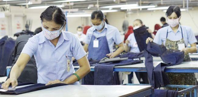 Buruh garmen bekerja dengan protokol kesehatan. (foto: rmol.id)