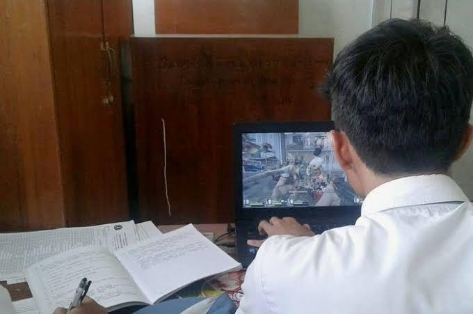 Aktivitas siswa saat pembelajaran daring kadang main game (foto hai.grid.id)