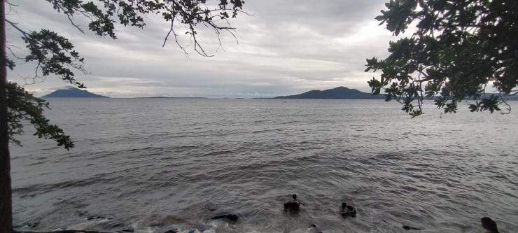 Pantai Malalayang, Manado. Tampak G. Manado tua dan Pulau TumbakSumber: Dokpri