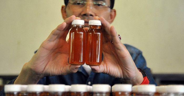 PENELITI Hadi Pranoto menunjukkan ramuan herbal untuk antibodi COVID-19, di Kota Bogor, Jawa Barat pada Senin, 3 Agustus 2020.* //ANTARA