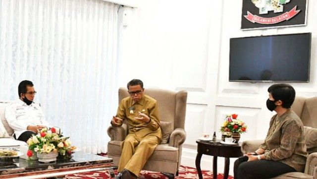 Gubernur SulSel (tengah) dan Direktur Utama PT IKI (kanan) berbincang di Baruga Lounge Kantor Gubernur SulSel (10/08/20). | Dok Pemprov SulSel