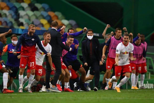 Pemain dan staf pelatih RB Leipzig merayakan kemenangan timnya atas Atletico Madrid dinihari tadi sekaligus memastikan lolos ke babak semifinal Liga Champions. | foto: Julian Finney/UEFA/Getty Images via theguardian.com