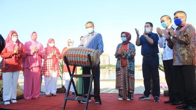 Pemukulan gendang oleh Nurdin Abdullah (tengah) tanda dibukanya Kawasan Kuliner Lego-lego (15/08/20).