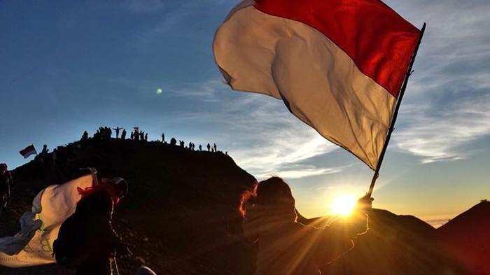 ilustrasi bendera merah putih berkibar di puncak bukit -travel.tribunnews.com