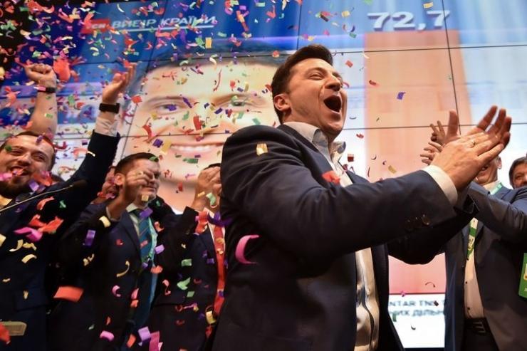 Volodymyr Zelensky merayakan kemenangan di Pilpres Ukraina 2019 (Foto: AFP/Genya Savilov)