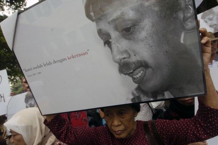 Sejumlah korban dan keluarga korban pelanggaran hak asasi manusia (HAM) menggelar aksi solidaritas untuk aktivis pejuang HAM, Munir (almarhum), di Kantor Komisi Nasional (Komnas) HAM, Jakarta. Mereka meminta Komnas HAM untuk segera membentuk tim penyelidik independen guna mengusut kematian Munir. (KOMPAS/M Yuniadhi Agung)