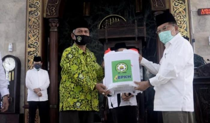 Ketua Umum Dewan Masjid Indonesia (DMI), HM Jusuf Kalla, menyerahkan alat semprot mandiri secarasimbolis kepada Ketua Wilayah DMI Jakarta. (dokpri)