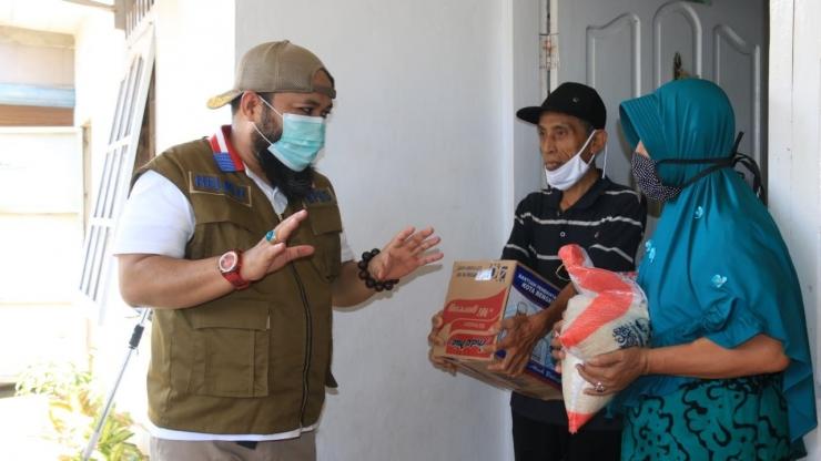 Walikota Helmi Hasan mengantarkan langsung bantuan Beras dan Mie kepada warga Kota Bengkulu yang terdampak Covid-19. (Media Center Kota Bengkulu)