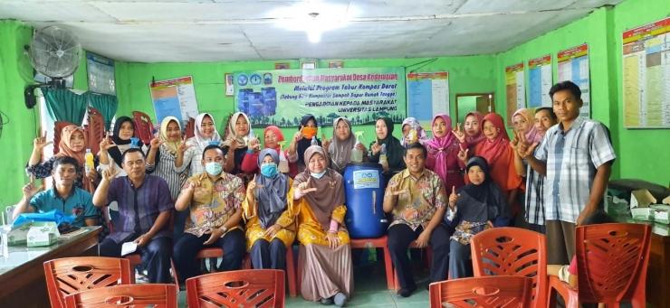 Tim penelitian dan pengabdian masyarakat Universitas Lampung bersama Sekrretaris Desa Kedamaian Khoiruddin, Sekretaris penggerak PKK, ibu-ibu PKK perwakilan RT dan aparat Desa Kedamaian (dokpri)