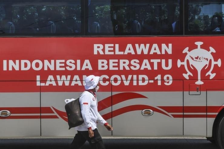 Relawan Indonesia Bersatu Lawan COVID-19 bersiap menghadiri acara Siaga Pencanangan Gerakan Nasional Indonesia Bersatu Lawan COVID-19 di Lapangan Wisma Atlet, Jakarta, Rabu (22/4/2020). Dalam acara tersebut juga diadakan tes massal COVID-19, sosialisasi dan edukasi, gerakan dekontaminasi, dan dukungan program jaring pengaman sosial. ANTARA FOTO/Muhammad Adimaja/aww.(ANTARA FOTO/MUHAMMAD ADIMAJA via KOMPAS.com)