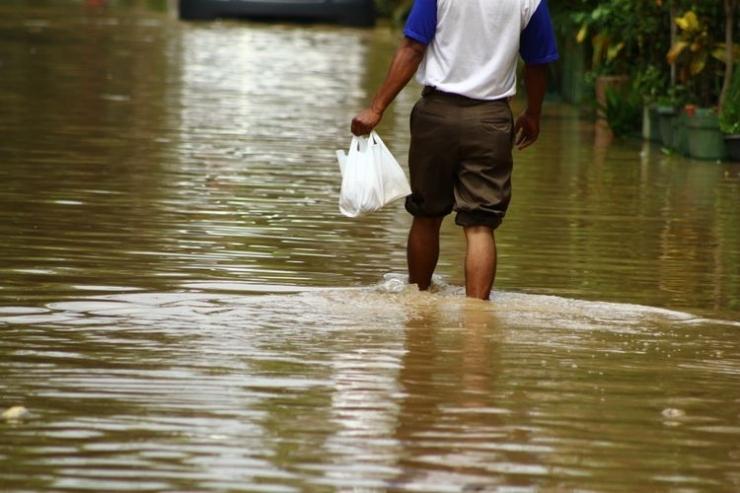 ilustrasi air menggenang di jalan akibat cuaca ekstrem. (sumber: shutterstock via kompas.com)