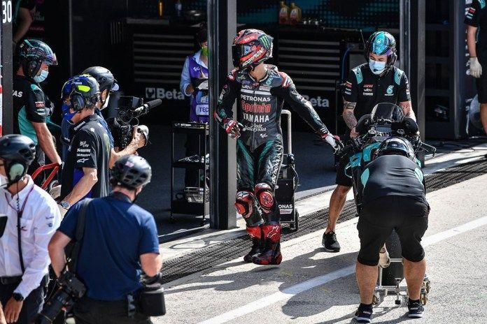 Fabio Quartararo terlihat marah seusai kembali ke pit setelah gagal meraih podium di MotoGP Emilia Romagna, Minggu (20/9) kemarin akibat terkena hukuman Long Lap Penalty. | foto: MotoGP via balapmotor.net