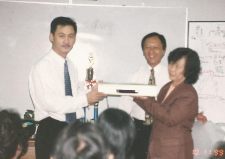 Pak Bernard (Pimpinan Wilayah AIG Lippo) menyerahkan hadiah pemenang kontesan AIG Lippo  (dok pribadi)