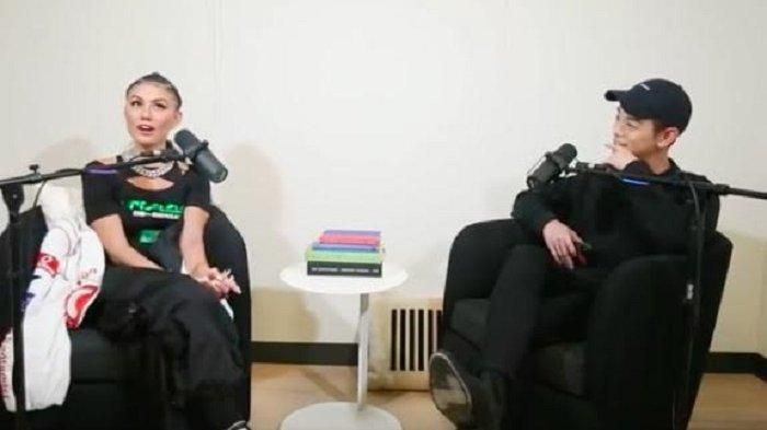 Agnez Mo saat melakukan wawancara dengan Eric Nam | Foto via Tribunnews.com
