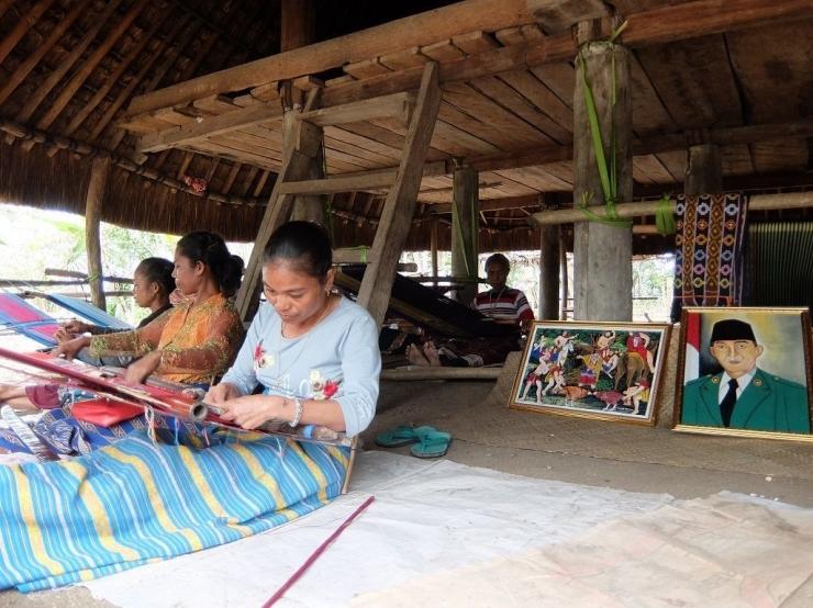 Para wanita sedang menenun di Desa Faturika, Kec. Raimanuk-Kab. Belu. Gambar diambil pada tahun 2018 sebelum Pandemi Corona.(Foto: Yandi/Beritagar.id).