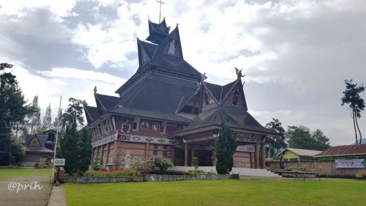 Gereja inkulturatif berarsitektura Karo di Berastagi. (Foto: Dokumentasi pribadi)