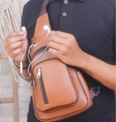 Sling bag dari kulit (dok.click)