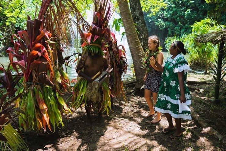 Ilustrasi Vanuatu - Wisatawan disambut oleh warga lokal Vanuatu. (sumber: vanuatu.travel via kompas.com)