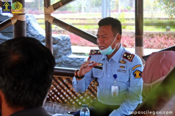 Kalapas Cilegon (Masjuno) pres release antisipasi penyebaran Covid 19 di lapas cilegon dengan media (Foto: Raja Umar FR/lapascilegoncom)