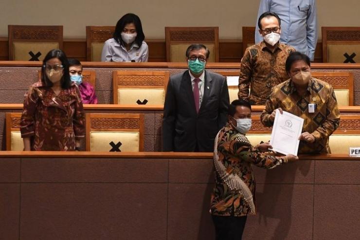 Menko Perekonomian Airlangga Hartarto saat menerima laporan akhir pembahasan RUU Cipta Kerja (foto: Antara Foto/Hafidz Mubarak)