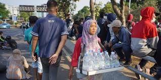 Berkah pedagang asongan di tengah demonstrasi (sumber:merdeka.com)